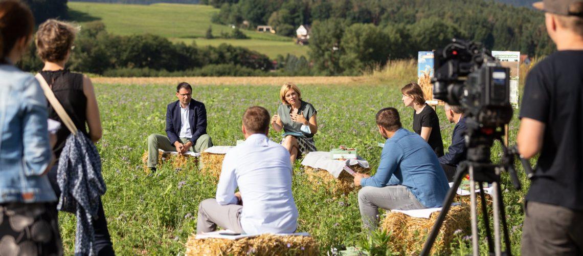 Von links: Martin Schöffel (MdL), Tobias Weggel (Landwirt),  Julia Klöckner (Bundeslandwirtschaftsministerin), Heiko Kaiser (Landwirt), Emmi Zeulner (MdB), Jörg Kunstmann (stellv. Landrat KU)