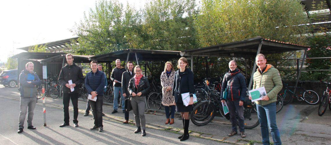 Von links: Philip Bogdahn, Marco Ladenthin (DB-Projektleiter Bike+Ride-Offensive), Uwe Held, 3. Bürgermeister Mathias Söllner, Dietmar Weiß (Stadtwerksleiter), Bürgermeister Andreas Hügerich, Dr. Susann Freiburg, 2. Bürgermeisterin Sabine Rießner, MdB Emmi Zeulner, Dr. Arnt-Uwe Schille, Frank Rubner